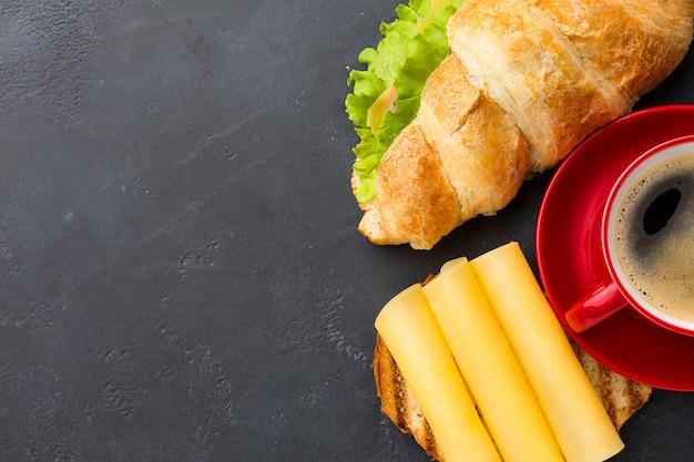 Sandwich y queso copia espacio