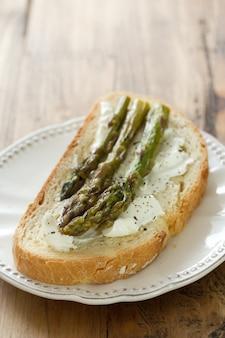 Sandwich con queso cottage y espárragos en placa
