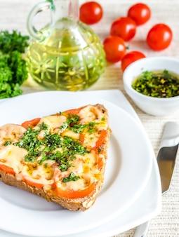 Sandwich con queso derretido y tomates