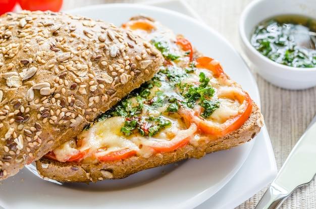 Sándwich de queso fundido y tomates