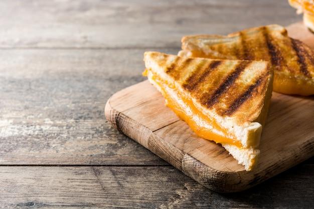 Sandwich de queso a la parrilla en mesa de madera copia espacio