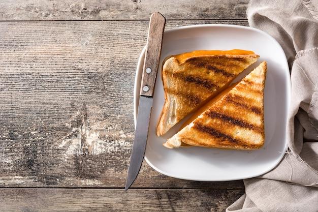 Sandwich de queso a la parrilla en la mesa de madera vista superior espacio de copia