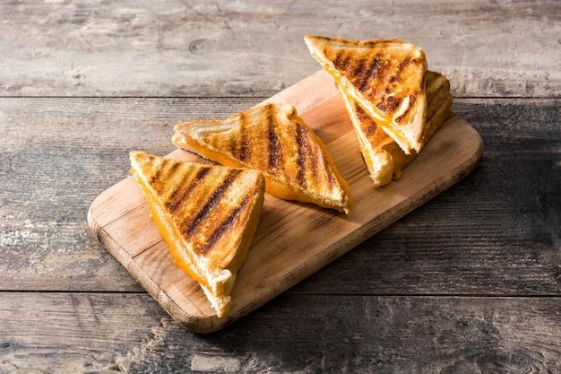 Sandwich de queso a la parrilla en mesa de madera