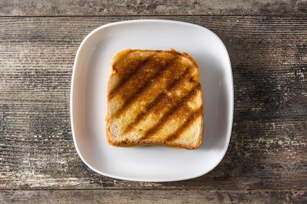Sandwich de queso a la parrilla en vista de madera de mesa