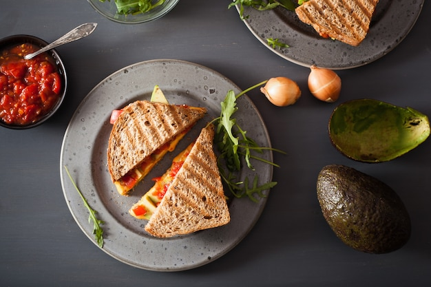 Sandwich de queso a la plancha con aguacate y tomate