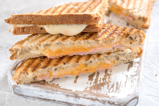 Sandwich de queso a la plancha con jamón
