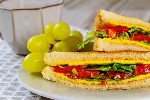 Sandwich de queso a la plancha con verduras y uva