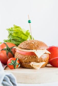Sándwich con queso y recoger cerca de los tomates.