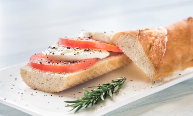 Sandwich con rodajas de tomate fresco y mozzarella