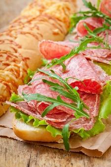 Sandwich con salami, lechuga, tomate y rúcula