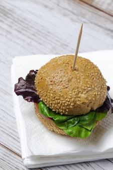 Sándwich de salchicha casera con lechuga y queso con pan de semillas. quitar. entrega de comida