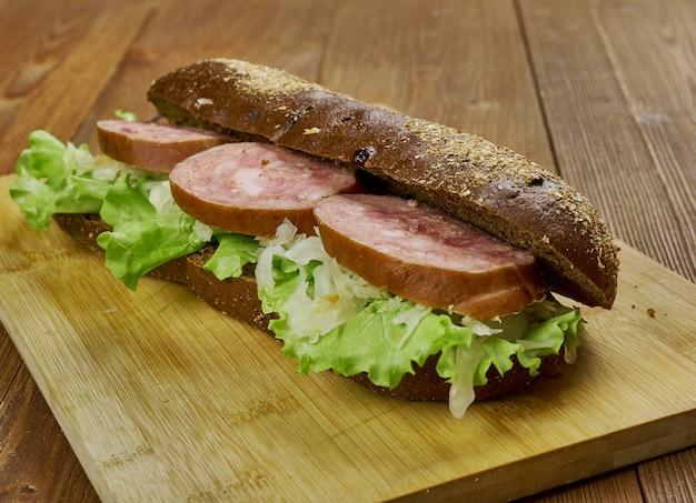 Sándwich de salchicha holandesa y chucrut, cerrar