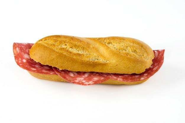 Sandwich con salchicha sobre fondo blanco.