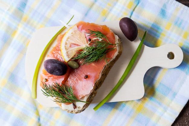 Sándwich de salmón preparado con queso crema.