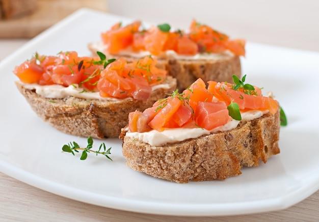 Sandwich con salmón salado y queso crema.