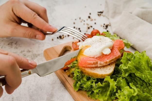 Sándwich saludable de alto ángulo para el desayuno