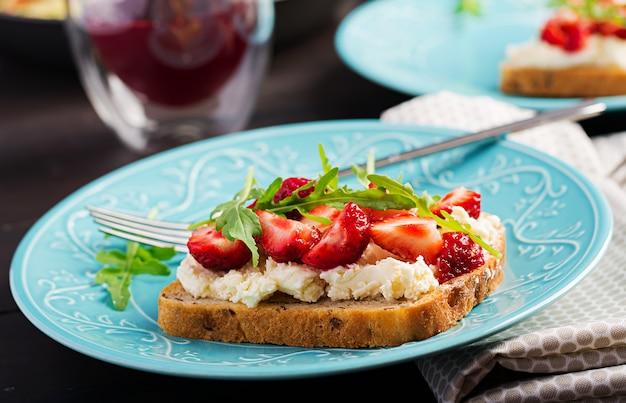 Sándwich saludable con fresa y queso crema.