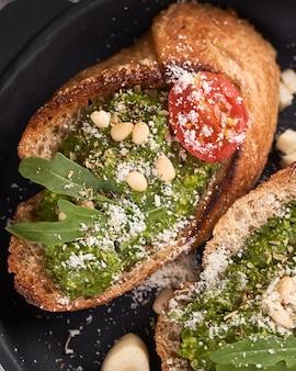 Sandwich en sartén con pesto casero, albahaca, aceite de oliva, ajo y anacardo. fondo de mesa concepto de foto de comida helthy