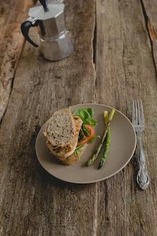 Sandwich sobre la mesa