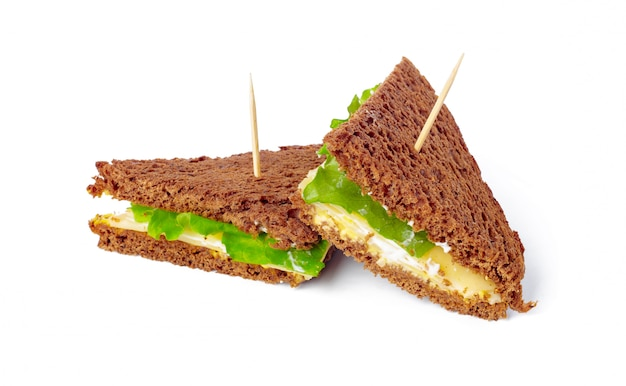 Sandwich en superficie blanca