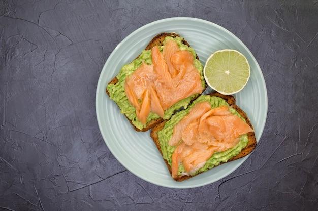 Sándwich de tostadas caseras en alimentos saludables de superficie de hormigón gris