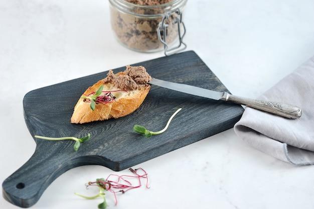 Sandwich tostado de tostadas con paté y verduras
