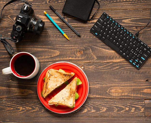 Sandwich vegano integral con varios ingredientes para una comida saludable,