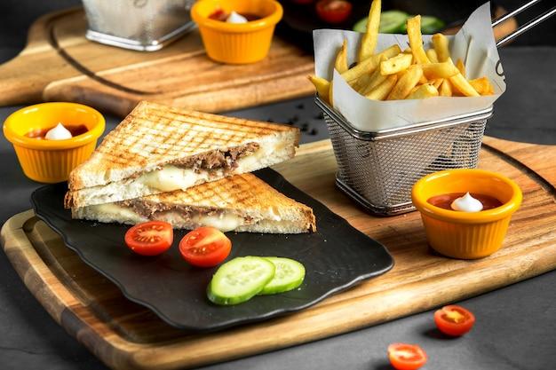 Sandwich con verduras sobre la mesa