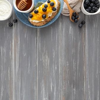 Sándwich de vista superior con queso crema y frutas con espacio de copia