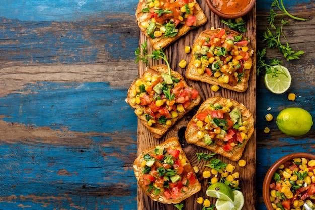 Sándwiches abiertos de estilo mexicano latinoamericano.