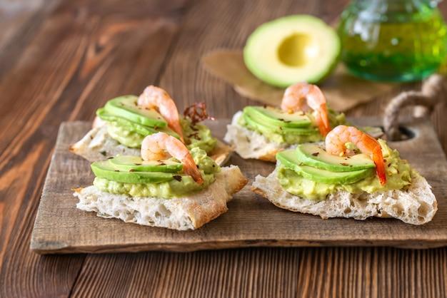 Sandwiches con aguacate y camarones
