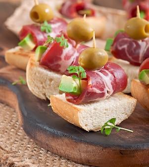 Sandwiches con arenque, remolacha y pepino en vinagre
