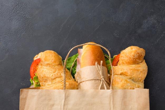 Sandwiches en bolsa de papel vista superior