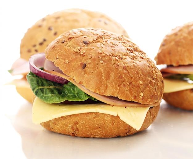 Sandwiches caseros aislados en blanco