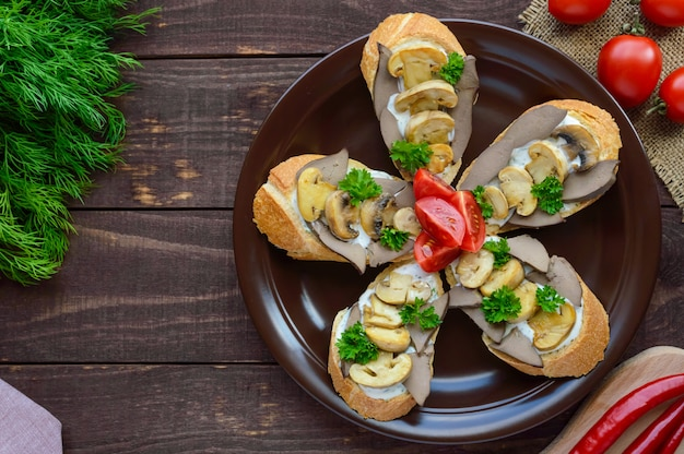 Sándwiches con champiñones, hígado de pavo y salsa tártara sobre crujiente baguette. la vista superior desayuno dietético