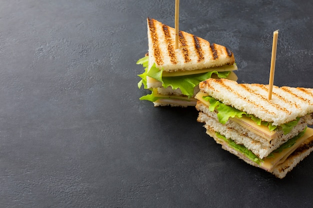 Sándwiches de club con espacio de copia