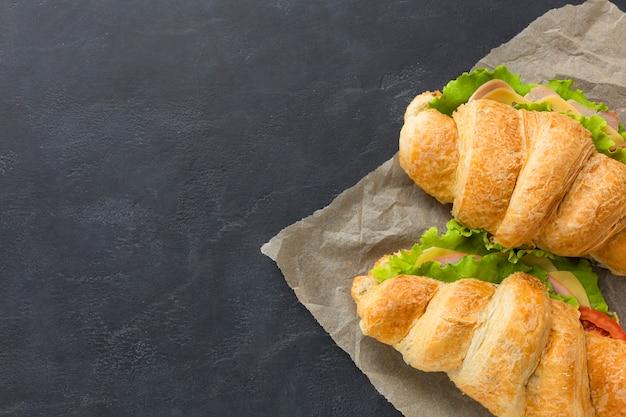 Sandwiches crujientes con espacio de copia