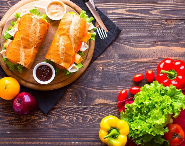 Sándwiches deliciosos y sabrosos con tomates de queso de jamón de pavo