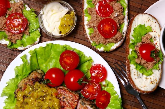 Sandwiches frescos con atún, verduras y carne y ensalada.