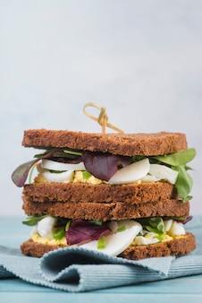 Sandwiches frescos en la mesa
