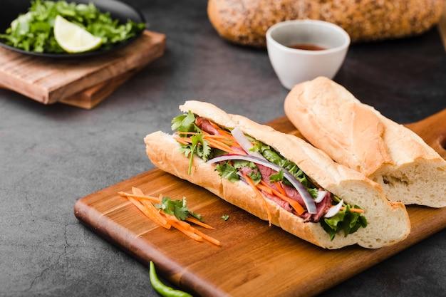 Sandwiches frescos en una tabla de cortar con salsa