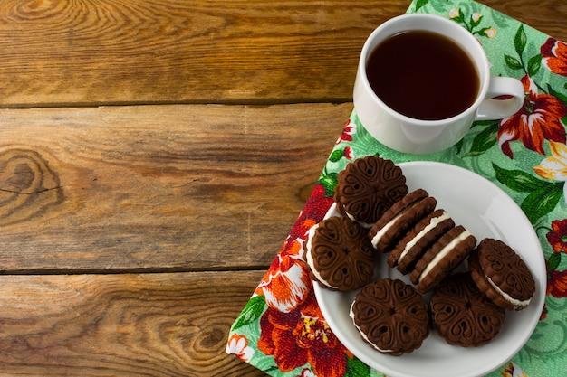 Sándwiches de galletas de chocolate, copia espacio