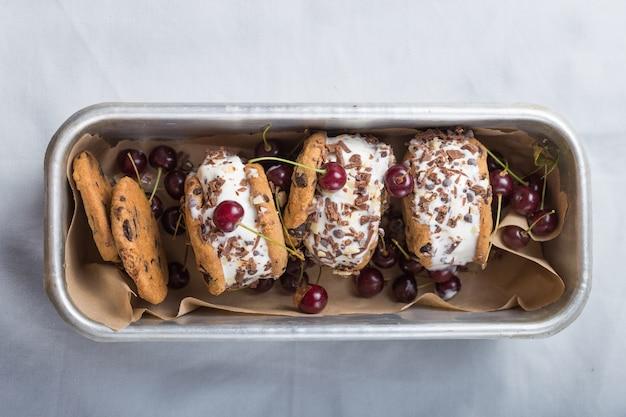 Sándwiches de helado de cereza con galletas