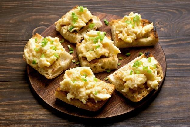 Sandwiches con huevos revueltos y cebolla verde