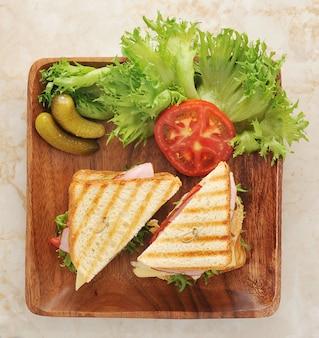Sandwiches con lechuga, jamón, queso, pechuga de pollo, encurtidos