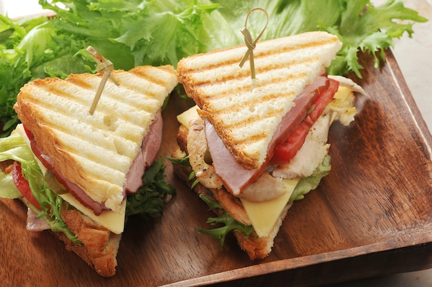 Sandwiches con lechuga, jamón, queso, pechuga de pollo