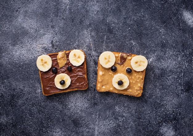 Sándwiches con mantequilla de maní en forma de oso.