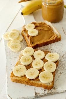 Sandwiches de mantequilla de maní con plátano