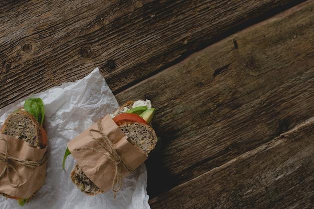 Sandwiches en la mesa