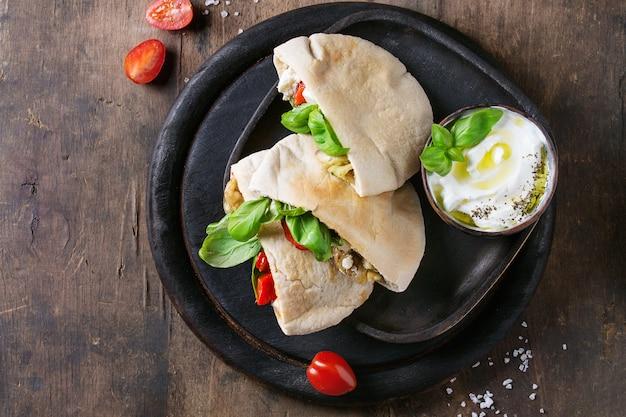 Sandwiches de pan de pita con verduras
